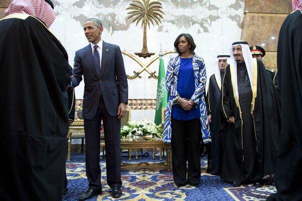 Obamovci v Saudskej Arábii. Nový kráľ Salmán (vedľa prvej dámy) má už podanie rúk s Michelle Obamovou za sebou.