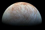 Väčšina astronómov verí, že pod povrchom Európy je oceán kvapalnej vody.