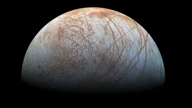 Väčšina astronómov verí, že pod povrchom Europy je oceán kvapalnej vody.