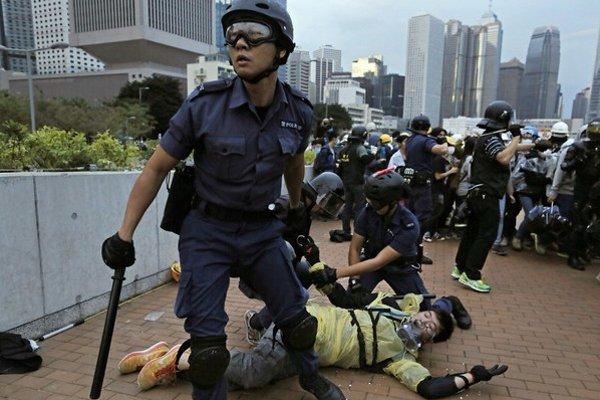 Protesty v Hongkongu čínska vláda potlačila. Zasahuje aj proti ľuďom, ktorých myšlienky demonštrantov inšpirovali.