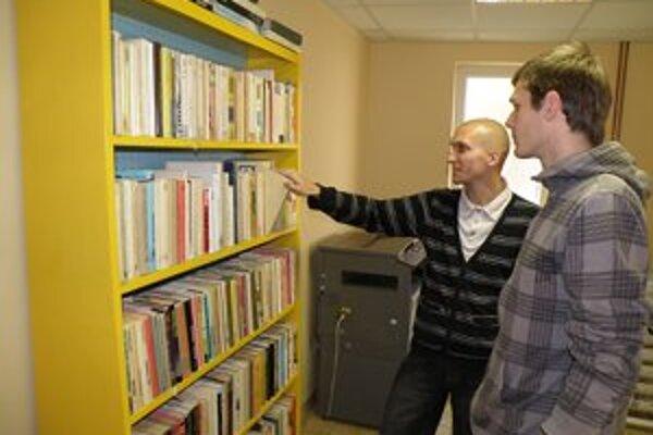 Knihu si z wikiknižnice môže vziať každý, kto prinesie iný titul.