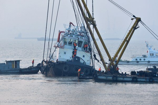 Záchranári vyťahujú remorkér.
