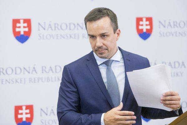 Multifunkčný. Erik Tomáš popri mediálnom poradenstve pre premiéra Roberta Fica (Smer) stíha radiť aj šéfovi zariadenia zmietaného sexuálnym škandálom.
