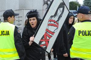 Čierny protest proti tvrdšiemu interrupčnému zákonu vo Varšave.