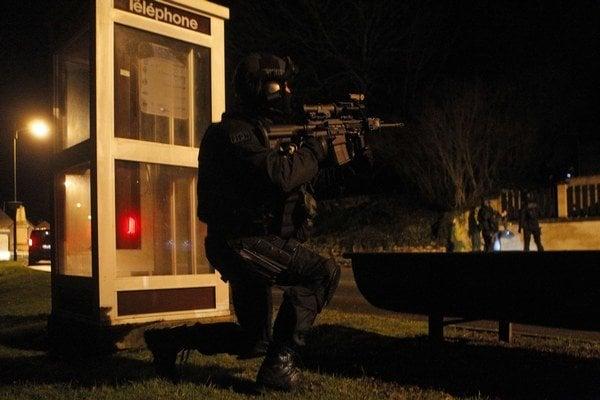 Útočníkov hľadajú zhruba 80 kilometrov severovýchodne od Paríža.