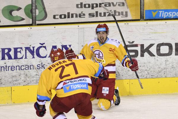 Matúš Holenda sa spolu s Michalom Novákom teší z vyrovnávajúceho gólu.
