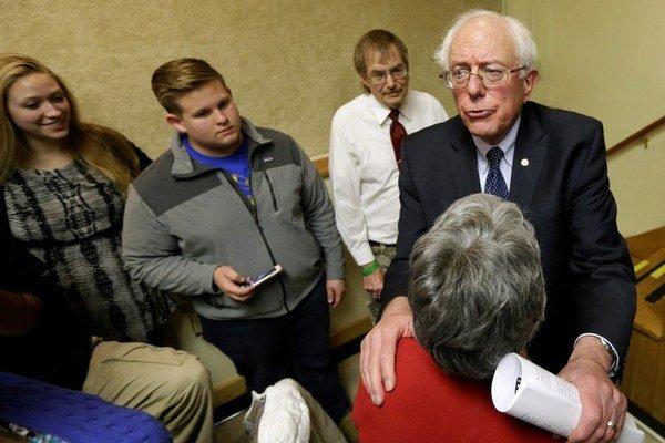 Sanders sa stretáva s voličmi, aj keď veľké šance nemá.