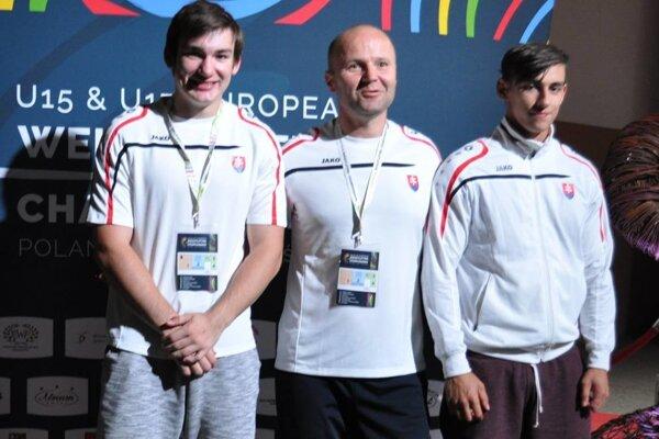 Zľava: Samuel Paulus, tréner Miroslav Škrobian aPatrik Broda.
