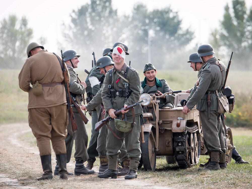 Ak mala rekonštrukcia zobrazovať realitu, nemohla sa zaobísť bez zranení. Úsmev vojaka na fotka však svedčí o tom, že nejde o nič vážne.