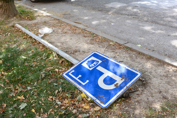 Tatranská ulica vrezidentskej lokalite 7. Značky sú tam najčastejšie terčom vandalov.