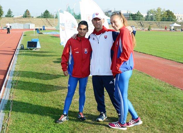 Chodci Daniel Kováč a Dominika Hubková s trénerom Petrom Mečiarom.