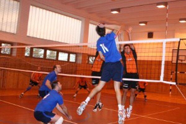 Hostia z Hriňovej boli podľa očakávania kvalitným súperom a diváci videli volejbal slušnej úrovne.