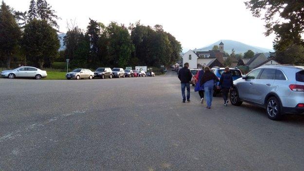Návštevníkov bolo už okolo 16-tej toľko, že parkovali pred obcou.