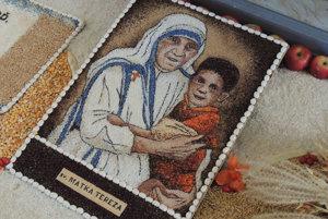 Matka Tereza zobrazená prostredníctvom semien a drobných plodov.