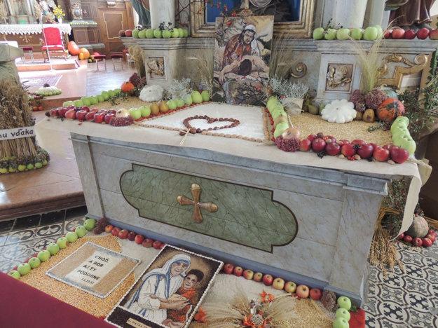 Vyzdobených oltárov je až sedem.