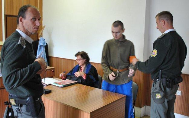 Ladislav s advokátkou. Žiada pre neho štvorročný trest.