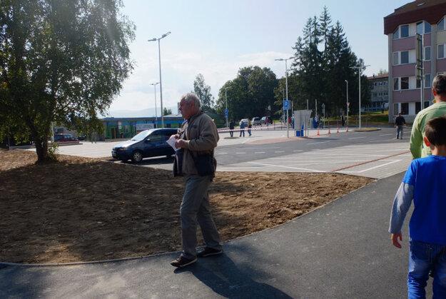 Priestor pred budovou polikliniky sa zmenil.