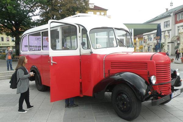 Autobus, ktorý vyrobili v roku 1965, zaujal v centre Prievidze aj mladých ľudí.