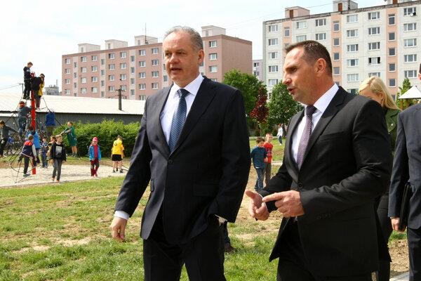 Ako zvládne vykonávať dve funkcie súčasne? Žiarsky primátor Peter Antal (vpravo) s prezidentom Kiskom pri otvorení oddychovej zóny Etapa.