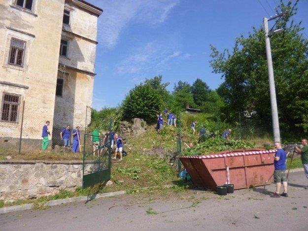 Pracovníci miestnej firmy pomohli s vyčistením areálu kaštieľa.