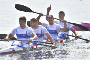 Slovenský štvorkajak v zložení Denis Myšák, Erik Vlček, Juraj Tarr a Tibor Linka sa raduje zo zisku striebra na olympiáde v Riu.