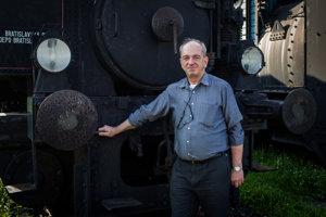 Jiří Kubáček je šiestou generáciou železničiarskej rodiny. Na poste šéfa železničnej sekcie na ministerstve dopravy odslúžil šesť rokov. Začínal za éry Jána Figeľa, pokračoval Jánom Počiatkom. Skončil v lete, keď ministrom dopravy sa stal Roman Brecely zo Siete.