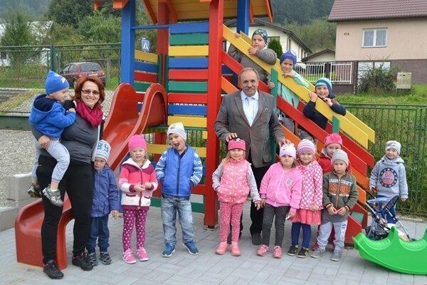 Zrekonštrouvané ihrisko u Blažky už slúži deťom. Na fotografii spoločne s primátorom Jozefom Grapom.