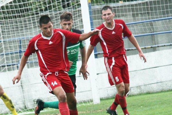 Vrábľania včera dosiahli cenné víťazstvo nad druhým Komárnom. V červených dresoch Vladimír Advigov a Milan Fekiač.