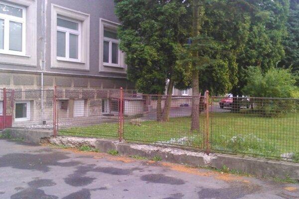 Takto vyzeralo oplotenie školy v Zemianskych Kostoľanoch pred prázdninami.
