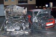 Na parkovisku ostali zhorené dve autá.
