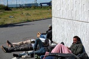 V Calais kempujú tisícky utečencov.