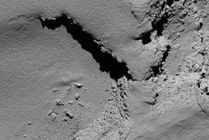 Kaňony aj údolia, hory aj priehlbiny. Detaily kométy.