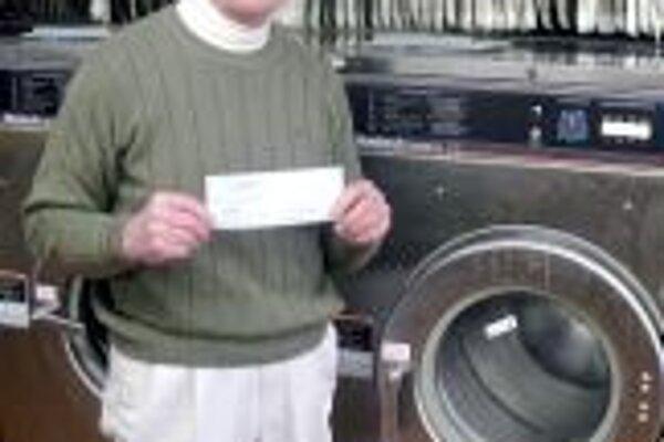 Bob Wilkinson z Northville v Michigane drží v rukách šek na 500 dolárov, ktoré vyhral za zaslanie upozornenia na práčke na ktorom je napísané, aby do nej používatelia nevkladali ľudí.