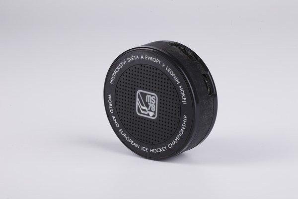 Rozhlasový rádioprijímač v tvare hokejového puku, typ Tesla 2715B Puk.
