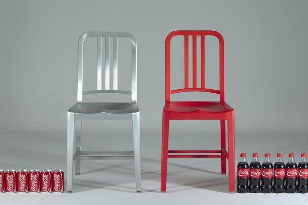 Spoločnosť Emeco ponúka i plastovú verziu námornej stoličky. Pod názvom 111 Navy Chair sa vyrába zo 111 recyklovaných fliaš kokakoly.