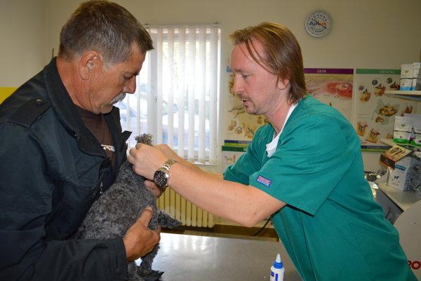 Branislav Chnúrik pri vyšetrovaní psieho pacienta.