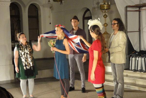 Slovenské komunitné divadlo vsynagóge počas festivalu uviedlo Migrantskú rapsódiu.