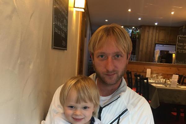 Otec a jeho kópia. Malý Saša smeruje ku kariére manekýna.