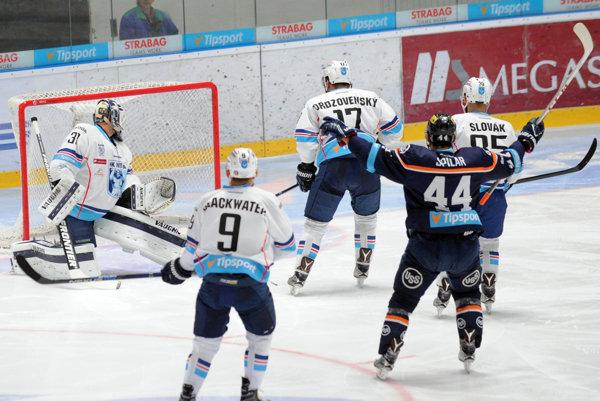Brankár Michal Valent z HK Nitra inkasuje gól už v devätnástej sekunde úvodnej tretiny.