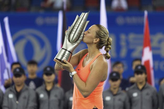 Petra Kvitová pózuje s trofejou pre víťazku.