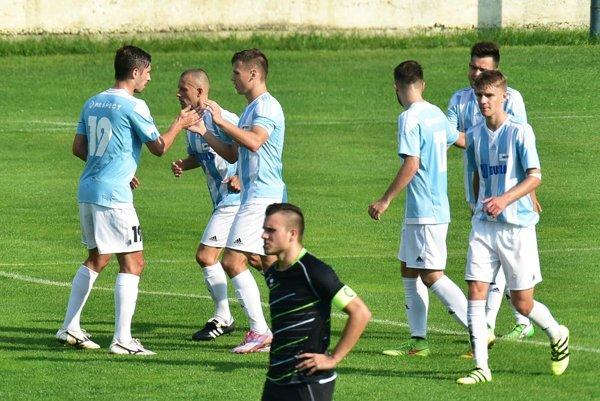 Futbalisti Šale majú nového trénera. Pavla Bartoša nahradil hrajúci kouč Marián Ďatko (na snímke druhý zľava).