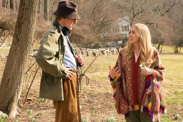 Woody Allen a Miley Cyrus pri nakrúcaní seriáliu Crisis in Six Scenes.