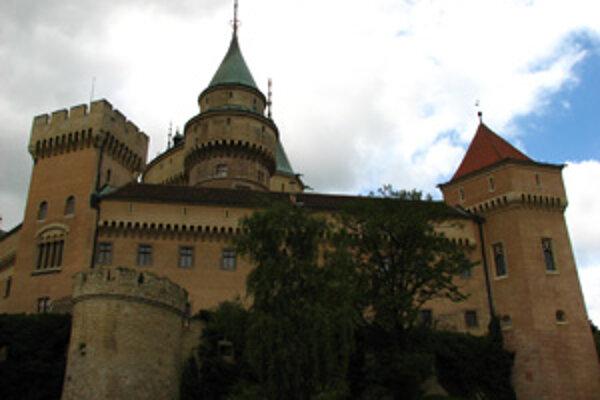 Okolo bojnického zámku budú návštevníci chodiť po lepších cestách.