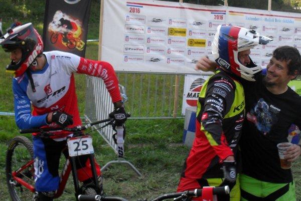 V cieli druhý zľava Martin Lebl, vpravo víťaz Jozef Ondič prijíma gratuláciu.