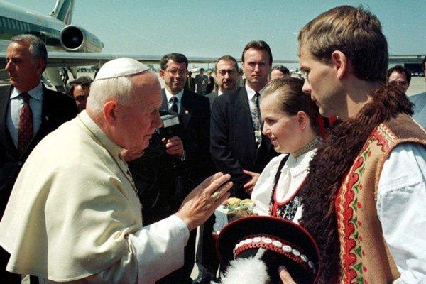 Pápež na Slovensku. Vítali ho státisíce veriacich.