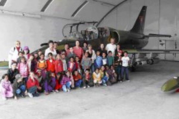 Žiaci aj učitelia si mohli leteckú techniku pozrieť zblízka.