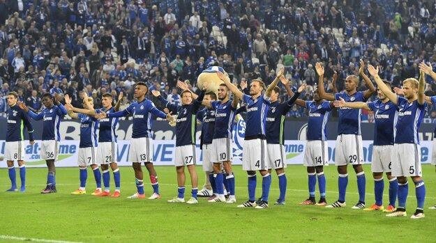 Futbalisti Schalke oslavujú víťazstvo so svojimi fanúšikmi.