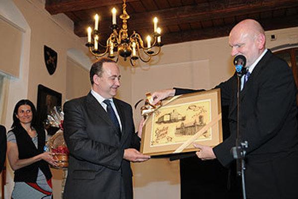 Michal Zaleski, prezident mesta Toruń (vpravo) spoločne s Milanom Gurom, primátorom Čadce.