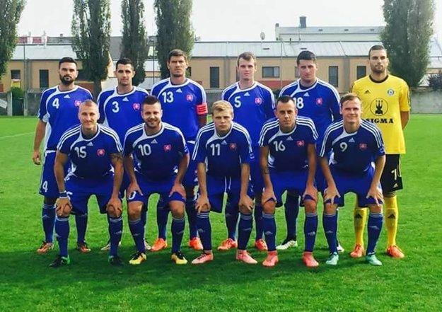 Marek Švajlen (dole v strede) pred zápasom s Nemeckom.