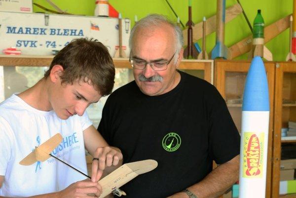 Na snímke Simon Bolfa (vľavo) a jeho tréner a predseda Raketového modelárskeho klubu (RMK) v Centre voľného času Spektrum v Prievidzi Ján Mečiar.